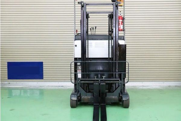 Xe nâng điện TCM FR15-7H có thiết kế nhỏ gọn nên rất phù hợp với kho bãi có lối đi hẹp