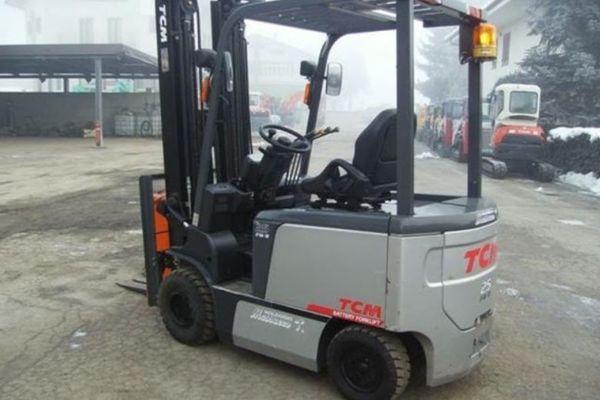 Xe nâng điện ngồi lái TCM FB25-7 có khung bảo vệ chắc chắn và khung nâng 2 tầng