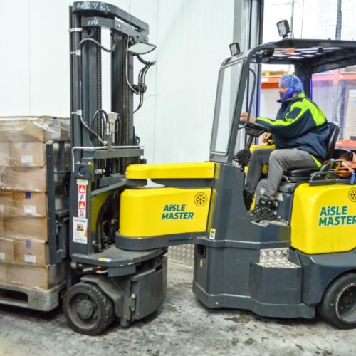 Cung cấp xe nâng VNA có khớp nối giá rẻ tại DuyPhat Forklift