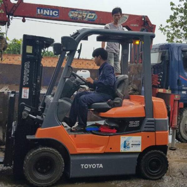 Xe Nâng Điện 2500 Kg Toyota, nâng cao 3 mét, ngồi lái