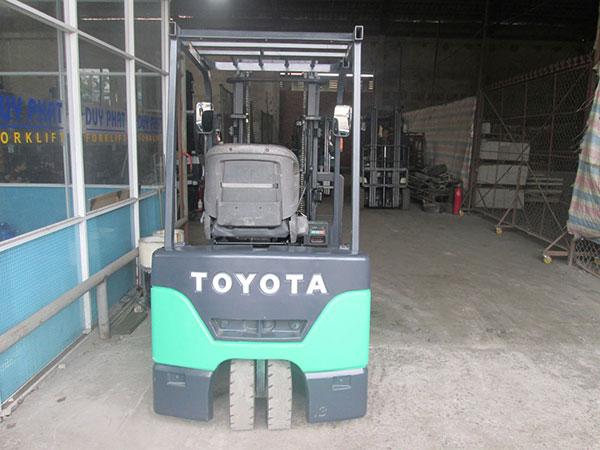 Xe nâng điện đứng lái Toyota nhỏ gọn