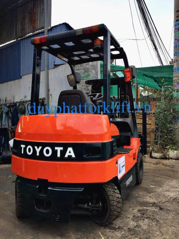 Xe Nâng Điện tự động Toyota 2.5 tấn, nâng cao 3 mét, ngồi lái