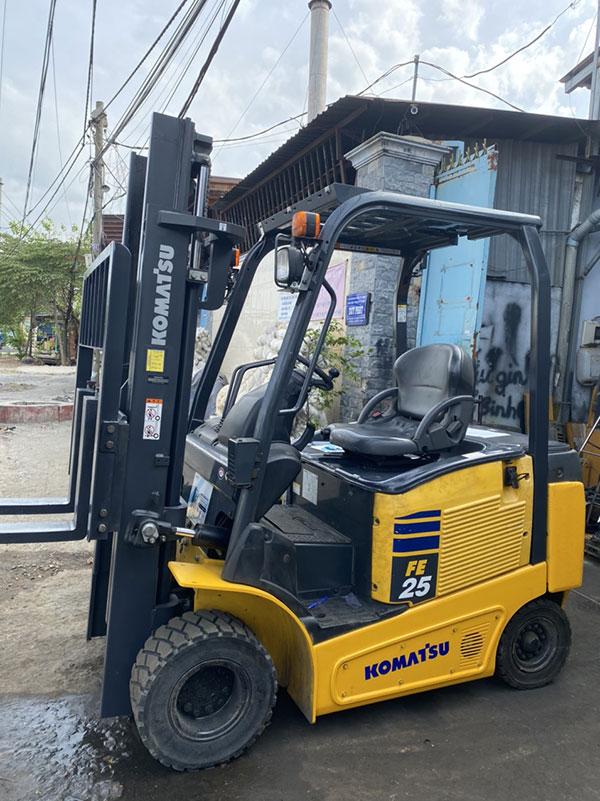 Xe nâng điện Komatsu 2.5 tấn, ngồi lái, nâng cao 4 mét